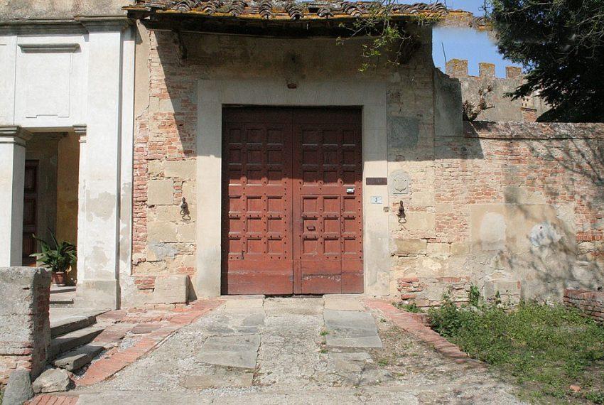 il-portone-di-entrata-del-castello-di-montebicchieri